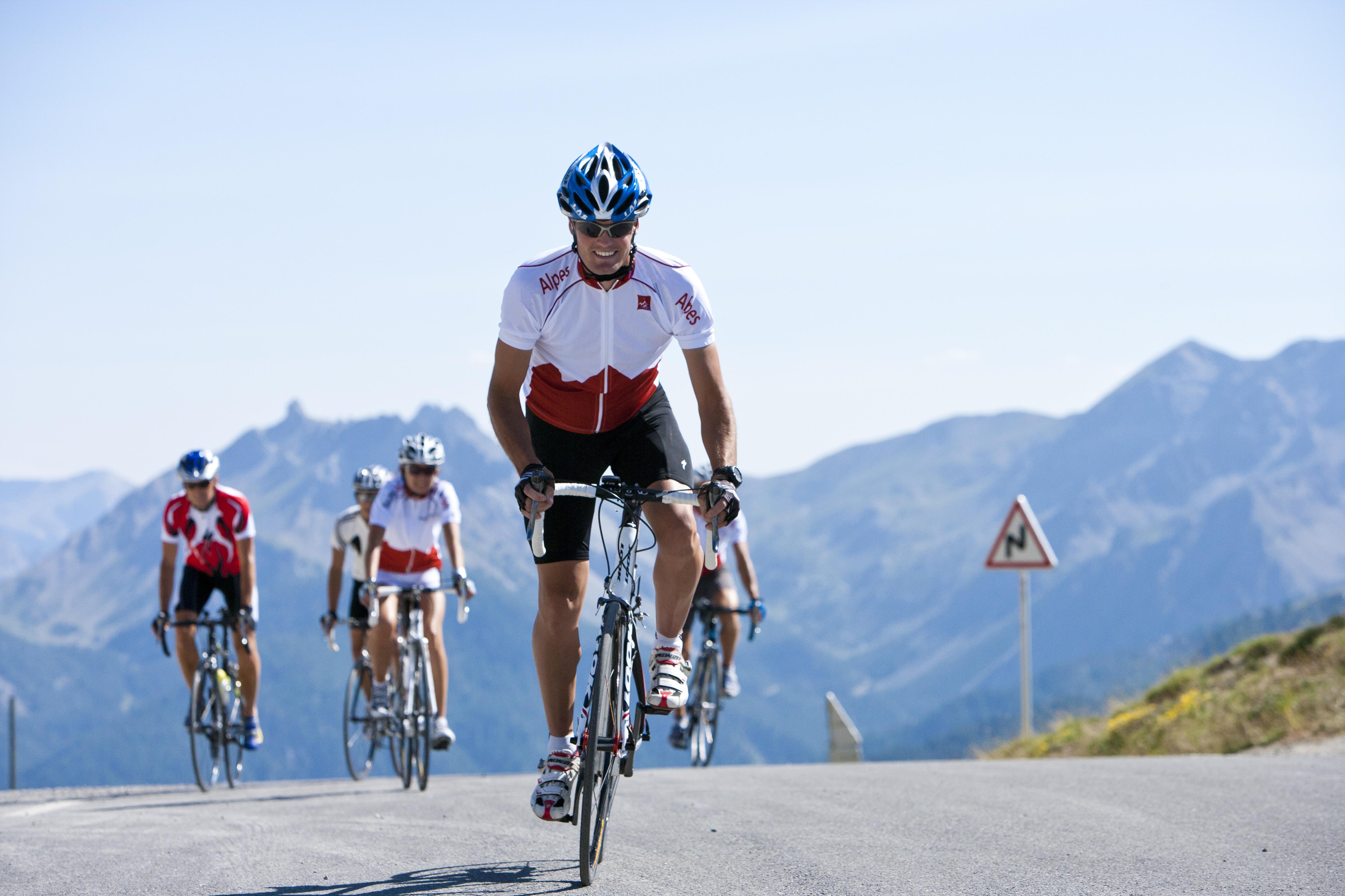 France, Hautes-Alpes, cyclistes franchissant le col d'Izoard