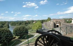 """<p>Le Béarn des Gaves, dans les Pyrénées-Atlantiques, est un vaste territoire entre Pau et Biarritz, qui doit son nom à la présence de plusieurs gaves et notamment celui d'Oloron qui le traverse dans toute sa longueur. Navarrenx et ses remparts, ville bastionnée chargée d'his ......</p><div class=""""more""""><a href=""""http://ffct.org/randonner-a-velo/vtt/bases-vtt/pyrenees-atlantiques/navarrenx-en-bearn-des-gaves/"""" target=""""_blank"""" title=""""Base VTT Navarraise en Béarn des Gaves"""" >Lire la suite</a></div>"""