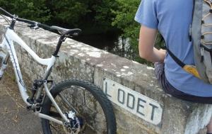 """<p>Du centre historique de Quimper aux marais de Mousterlin à Fouesnant, en passant par l'arrière-pays plus vallonné, les 350 kilomètres de parcours VTT balisés vous feront découvrir le pays de l'Odet. Cette rivière, emblématique du territoire, est tour à tour sauvage au Nord, bucolique  ......</p><div class=""""more""""><a href=""""https://ffvelo.fr/randonner-a-velo/vtt/bases-vtt/finistere/vallee-de-lodet/"""" target=""""_blank"""" title=""""Vallée de l'Odet"""" >Lire la suite</a></div>"""