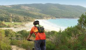 """<p>Situé dans le golfe du Valinco en Corse du Sud, à 20 minutes de Propriano, U Taravu (le Taravo) tient son nom du fleuve qui prend sa source dans la forêt de San-Petru-Di-Verdi, au col de Verde. Le Taravo a creusé une vallée de 60 kilomètres de long sur 8 kilomètres de large pour ......</p><div class=""""more""""><a href=""""https://ffvelo.fr/randonner-a-velo/vtt/bases-vtt/corse/u-taravu-corse-du-sud/"""" target=""""_blank"""" title=""""U Taravu Corse du Sud"""" >Lire la suite</a></div>"""