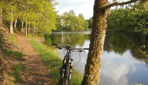 """<p>      Le Pays de l'eau, de la forêt, de la lande et des pierres centenaires, la Corrèze offre une mosaïque de paysages liés par une même splendeur. Généreuse, elle sait accueillir les visiteurs en quête de nature et de bien-être. Dans cet écrin de verdure, la Base VTT du Domaine de Sé ......</p><div class=""""more""""><a href=""""https://ffvelo.fr/randonner-a-velo/vtt/bases-vtt/correze/domaine-de-sedieres/"""" target=""""_blank"""" title=""""Base VTT du domaine de Sédières"""" >Lire la suite</a></div>"""