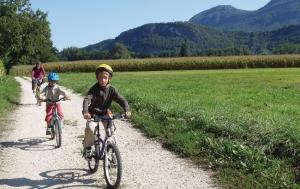 """<p>Lien entre Jura et Alpes, le Pays du Lac d'Aiguebelette possède son propre langage, et un mélange unique d'espaces préservés. Ici c'est avec la Savoie et son Avant-Pays, limitrophe du Dauphiné, que vous faites connaissance : histoire millénaire à découvrir par ses musées, châtea ......</p><div class=""""more""""><a href=""""https://ffvelo.fr/randonner-a-velo/vtt/bases-vtt/savoie/base-vtt-pays-du-lac-daiguebelette/"""" target=""""_blank"""" title=""""Base VTT Pays du lac d'Aiguebelette"""" >Lire la suite</a></div>"""