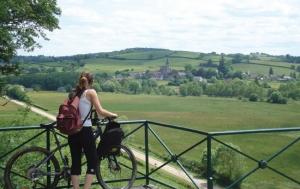 """<p>La station VTT est située dans la région centrale du département de la Nièvre, un des quatre départements de la Bourgogne. Elle se trouve sur le site des étangs de Vaux et de Baye, qui est traversé par le canal du Nivernais, un canal long de 180 kilomètres, qui relie la ville d'Auxerr ......</p><div class=""""more""""><a href=""""https://ffvelo.fr/randonner-a-velo/vtt/bases-vtt/nievre/station-vtt-du-coeur-du-nivernais/"""" target=""""_blank"""" title=""""Station VTT du coeur du Nivernais"""" >Lire la suite</a></div>"""