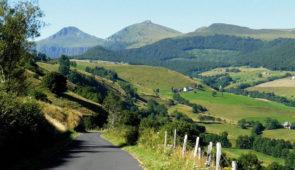 """<p>Entre Dordogne et Puy Mary, le bassin d'Aurillac vous accueille sur sa Base VTT du Moulin. Offrant une vue privilégiée sur des paysages variés, ce territoire vous permettra de vivre pleinement votre séjour au pied des Monts du Cantal. Sereins, sportifs, gastronomiques ou culture ......</p><div class=""""more""""><a href=""""https://ffvelo.fr/randonner-a-velo/vtt/bases-vtt/cantal/base-vtt-du-moulin/"""" target=""""_blank"""" title=""""Base VTT du Moulin"""" >Lire la suite</a></div>"""