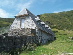 """<p>À travers l'un des plus beaux départements cyclotouristes de France, vous pédalerez loin de la circulation, par des routes tranquilles, le long des vallées verdoyantes. Le Cantal est un ......</p><div class=""""more""""><a href=""""http://ffct.org/randonner-a-velo/ou-quand-pratiquer/sejours-et-voyages/les-monts-du-cantal-2/"""" target=""""_blank"""" title=""""Les monts du Cantal"""" >Lire la suite</a></div>"""