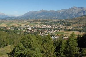 """<p>Niché au cœur d'un plateau lumineux protégé par la barre des Écrins, le village d'Ancelle situé à 1 326 m d'altitude, est un authentique village montagnard avec ses forêts de mélèzes et ......</p><div class=""""more""""><a href=""""http://ffct.org/randonner-a-velo/ou-quand-pratiquer/sejours-et-voyages/en-selle-sous-les-ecrins-2/"""" target=""""_blank"""" title=""""En selle sous les Écrins"""" >Lire la suite</a></div>"""
