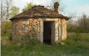 """<p>Situé sur un bassin carrier calcaire dont la Pierre a fait sa renommée, Montalieu-Vercieu se trouve en bord de Rhône face au Bugey voisin. Paysages vallonnés et boisés font place à de grandes plaines donnant vue sur les Alpes. Au détour d'un village de pierre, la diversité d'une faune ......</p><div class=""""more""""><a href=""""http://ffct.org/randonner-a-velo/vtt/bases-vtt/isere/base-de-vtt-de-randonnee-de-la-vallee-bleue/"""" target=""""_blank"""" title=""""Base de VTT de randonnée de la Vallée Bleue"""" >Lire la suite</a></div>"""