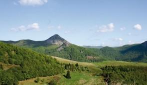 """<p>À travers l'un des plus beaux départements de France, vous pédalerez loin de la circulation, par des routes tranquilles, le long des vallées verdoyantes. Le Cantal est un département au ......</p><div class=""""more""""><a href=""""http://ffct.org/randonner-a-velo/ou-quand-pratiquer/sejours-et-voyages/les-monts-du-cantal/"""" target=""""_blank"""" title=""""Les monts du Cantal"""" >Lire la suite</a></div>"""