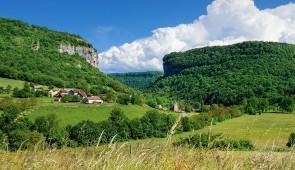 """<p>Le Jura, département élu Destination vélo de l'année 2015 par la Fédération française de cyclotourisme, vous invite à découvrir la variété de ses paysages pendant trois jours de circuit ......</p><div class=""""more""""><a href=""""http://ffct.org/randonner-a-velo/ou-quand-pratiquer/sejours-et-voyages/le-jura-a-velo/"""" target=""""_blank"""" title=""""Le Jura à vélo"""" >Lire la suite</a></div>"""