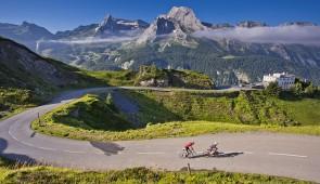 """<p>Un voyage itinérant jusqu'au sommet de l'Aubisque et sa mythique ascension, à la découverte du Pays Basque et du Béarn/Pyrénées, deux régions aux coutumes et traditions bien différentes ......</p><div class=""""more""""><a href=""""https://ffct.org/randonner-a-velo/ou-quand-pratiquer/sejours-et-voyages/tour-des-pyrenees-atlantiques/"""" target=""""_blank"""" title=""""Tour des Pyrénées-Atlantiques"""" >Lire la suite</a></div>"""