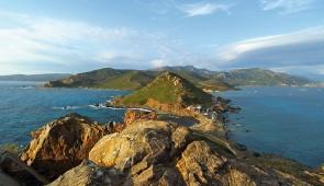 """<p>Vous apprécierez les charmes de l'île de Beauté grâce aux circuits qui emprunteront de petites routes pittoresques. Vous serez séduit par la splendeur de ces paysages sauvages et variés ......</p><div class=""""more""""><a href=""""https://ffct.org/randonner-a-velo/ou-quand-pratiquer/sejours-et-voyages/les-iles-sanguinaires/"""" target=""""_blank"""" title=""""Les îles sanguinaires"""" >Lire la suite</a></div>"""