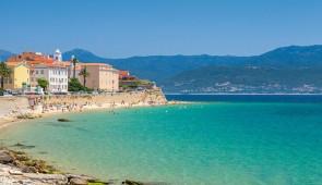 """<p>Neuf jours pour faire le tour de la Corse. Un itinéraire tortueux à souhait pour ne rien perdre des hauts lieux touristiques de cette île magnifique et des plus beaux sites du départeme ......</p><div class=""""more""""><a href=""""https://ffct.org/randonner-a-velo/ou-quand-pratiquer/sejours-et-voyages/tour-de-lile-de-beaute/"""" target=""""_blank"""" title=""""Tour de l'île de beauté"""" >Lire la suite</a></div>"""