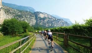 """<p>Trentino-Alto Adige est entourée par une végétation luxuriante et offre de nombreuses possibilités pour des vacances actives en vélo de route ou à VTT. Les lacs de Levico et Caldonazzo  ......</p><div class=""""more""""><a href=""""http://ffct.org/randonner-a-velo/ou-quand-pratiquer/sejours-et-voyages/italie/"""" target=""""_blank"""" title=""""à LA DÉCOUVERTE DU Trentino-Alto Adige"""" >Lire la suite</a></div>"""