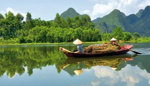 """<p> Au départ d'Hanoi et de la ferme du col Vert, vous découvrirez les beautés karstiques d'une partie de l'ex-Tonkin avec une croisière dans la célèbre baie d'Ha Long. Puis, après un tran ......</p><div class=""""more""""><a href=""""http://ffct.org/randonner-a-velo/ou-quand-pratiquer/sejours-et-voyages/vietnam-du-nord-au-sud/"""" target=""""_blank"""" title=""""Vietnam du nord au sud"""" >Lire la suite</a></div>"""
