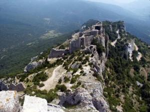 Le château de Peyrepertuse perché sur la falaise.