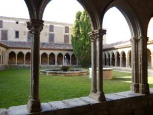 Le cloître de l'abbaye de St-Hilaire.