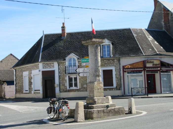 Le monument du centre de la France à Bruère-Allichamps