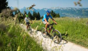 """<p>Pour les amoureux de vélo, les sources du lac d'Annecy sont la destination idéale ! Les plus sportifs pourront dépasser leurs limites au coeur d'un paysage idyllique. Quant aux autres, ils pourront pédaler tranquillement en vallée et sur la jolie voie verte qui relie Annecy à Albertvi ......</p><div class=""""more""""><a href=""""https://ffvelo.fr/randonner-a-velo/vtt/bases-vtt/haute-savoie/base-vtt-des-sources-du-lac-dannecy/"""" target=""""_blank"""" title=""""Base VTT des Sources du Lac d'Annecy"""" >Lire la suite</a></div>"""
