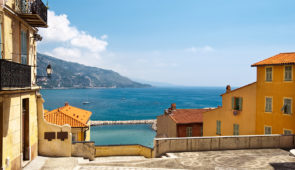 """<p>Située à la frontière entre l'Italie et la principauté de Monaco. Menton, est une cité jouissant d'un climat particulièrement agréable toute l'année. Sa végétation luxuriante, ses jardi ......</p><div class=""""more""""><a href=""""https://ffvelo.fr/randonner-a-velo/ou-quand-pratiquer/sejours-et-voyages/menton-perle-de-la-france-3/"""" target=""""_blank"""" title=""""Menton, perle de la France"""" >Lire la suite</a></div>"""