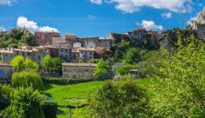 """<p>Partez à la découverte de l'arrière-pays des Alpes-Maritimes. Vous roulerez dans les vallées de l'Esteron, du Var, de la Vesubie, de la Tinée, les gorges de Daluis, du Cians, les clues  ......</p><div class=""""more""""><a href=""""https://ffct.org/randonner-a-velo/ou-quand-pratiquer/sejours-et-voyages/au-coeur-du-pays-nicois/"""" target=""""_blank"""" title=""""Au cœur du pays Niçois"""" >Lire la suite</a></div>"""