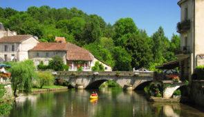 """<p>Proche de Sarlat, la bastide de Domme domine la vallée de la Dordogne et, ses magnifiques châteaux, témoins majestueux d'une guerre qui opposa le royaume de France à celui d'Angleterre  ......</p><div class=""""more""""><a href=""""https://ffct.org/randonner-a-velo/ou-quand-pratiquer/sejours-et-voyages/les-tresors-du-perigord/"""" target=""""_blank"""" title=""""Les trésors du Périgord"""" >Lire la suite</a></div>"""