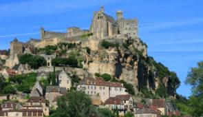 """<p>Découvrez le pays de Jacquou-le-Croquant, avec des incursions en Quercy et en Guyenne. Les différentes richesses de la région seront explorées : les châteaux, la préhistoire, les cités  ......</p><div class=""""more""""><a href=""""https://ffvelo.fr/randonner-a-velo/ou-quand-pratiquer/sejours-et-voyages/3e-etoile-perigord-quercy-2/"""" target=""""_blank"""" title=""""3e étoile Périgord-Quercy"""" >Lire la suite</a></div>"""