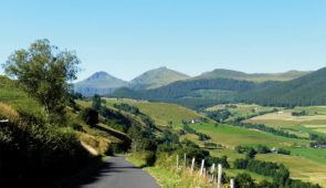 """<p>À travers l'un des plus beaux départements de France, vous pédalerez loin de la circulation, par des routes tranquilles, le long des vallées verdoyantes. Le Cantal est un département au ......</p><div class=""""more""""><a href=""""https://ffct.org/randonner-a-velo/ou-quand-pratiquer/sejours-et-voyages/a-lassaut-des-monts-du-cantal/"""" target=""""_blank"""" title=""""À l'assaut des monts du Cantal"""" >Lire la suite</a></div>"""