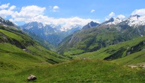 """<p>Pour les passionnés de vélo en montagne ce séjour est idéal avec le Mont Blanc en toile de fond. Au programme des cols magnifiques avec la traversée de Beaufortain, Courmayeur, du col p ......</p><div class=""""more""""><a href=""""https://ffct.org/randonner-a-velo/ou-quand-pratiquer/sejours-et-voyages/tour-du-mont-blanc/"""" target=""""_blank"""" title=""""Tour du Mont-Blanc"""" >Lire la suite</a></div>"""