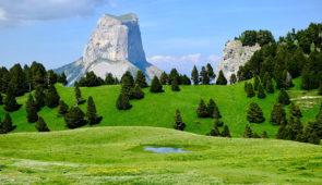 """<p>Vous voici arrivés à Chichilianne, au pied du mont Aiguille, dans un coin de paradis ! Si les conditions météorologiques sont favorables vous découvrirez une partie des Écrins, du Trièv ......</p><div class=""""more""""><a href=""""https://ffvelo.fr/randonner-a-velo/ou-quand-pratiquer/sejours-et-voyages/au-pied-du-mont-aiguille/"""" target=""""_blank"""" title=""""Au pied du Mont Aiguille"""" >Lire la suite</a></div>"""