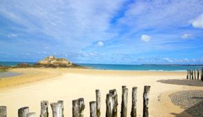 """<p>Entre terre et mer, la Bretagne offre des paysages et un patrimoine historique exceptionnels. Vous y découvrirez des endroits magiques et serez sous le charme de la Côte d'Émeraude, de  ......</p><div class=""""more""""><a href=""""https://ffct.org/randonner-a-velo/ou-quand-pratiquer/sejours-et-voyages/la-cote-demeraude/"""" target=""""_blank"""" title=""""La côte d'Émeraude"""" >Lire la suite</a></div>"""