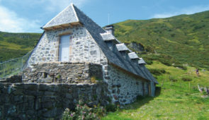 """<p>   POINTS FORTS ♥ ✓ Découverte du territoire volcanique d'Europe. ✓ Une nature préservée et unique.  ✓ Un hébergement très confortable.    Capitale du bleu d'Auvergne, entre Cant ......</p><div class=""""more""""><a href=""""https://ffvelo.fr/randonner-a-velo/ou-quand-pratiquer/sejours-et-voyages/boucle-auvergnate/"""" target=""""_blank"""" title=""""Boucle Auvergnate"""" >Lire la suite</a></div>"""