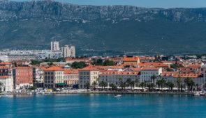 """<p>Au départ de Portoroz en Slovénie vous contournerez l'Istrie. Vous traverserez la baie Kvarner en passant par Rijeka et les îles de Krk, Rab et Pag que vous relierez en ferry. Découvert ......</p><div class=""""more""""><a href=""""https://ffvelo.fr/randonner-a-velo/ou-quand-pratiquer/sejours-et-voyages/croatie-3/"""" target=""""_blank"""" title=""""Croatie"""" >Lire la suite</a></div>"""