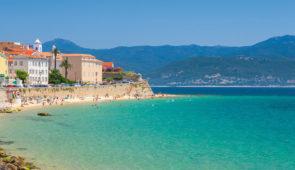 """<p>Un itinéraire tortueux à souhait pour admirer les lieux touristiques de cette île magnifique. Séjour touristique avant tout ; vous vous arrêterez pour admirer ces sites pittoresques, pr ......</p><div class=""""more""""><a href=""""https://ffvelo.fr/randonner-a-velo/ou-quand-pratiquer/sejours-et-voyages/tour-de-lile-de-beaute-5/"""" target=""""_blank"""" title=""""Tour de l'Île de Beauté"""" >Lire la suite</a></div>"""