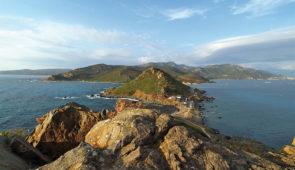 """<p>Vous apprécierez les charmes de l'île de Beauté grâce aux circuits qui emprunteront de petites routes pittoresques au départ de Porticcio. Vous serez séduit par la splendeur de ces pays ......</p><div class=""""more""""><a href=""""https://ffct.org/randonner-a-velo/ou-quand-pratiquer/sejours-et-voyages/les-iles-sanguinaires-2/"""" target=""""_blank"""" title=""""Les îles sanguinaires"""" >Lire la suite</a></div>"""