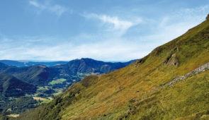 """<p>Aux alentours de Salers**, ce séjour vous offrira des panoramas exceptionnels dans le Parc des volcans d'Auvergne, entre plaines et collines verdoyantes, entrecoupées de ruisseaux et ri ......</p><div class=""""more""""><a href=""""https://ffvelo.fr/randonner-a-velo/ou-quand-pratiquer/sejours-et-voyages/le-cantal-a-velo-3/"""" target=""""_blank"""" title=""""Le Cantal à vélo"""" >Lire la suite</a></div>"""