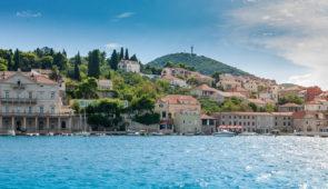 """<p>À la découverte de la Croatie le long de la côte adriatique. Le séjour débute à Portoroz, en Slovénie, et contourne l'Istrie par Porec, Rovinj, Pula et Opatija. La traversée de la baie  ......</p><div class=""""more""""><a href=""""https://ffvelo.fr/randonner-a-velo/ou-quand-pratiquer/sejours-et-voyages/croatie-4/"""" target=""""_blank"""" title=""""Croatie"""" >Lire la suite</a></div>"""