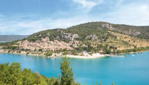 """<p>Découverte des Parcs naturels régionaux de la Provence-Alpes-Côte d'Azur avec des paysages, à vous couper le souffle, tels que, les monts du Vaucluse, le bassin de l'Artuby, le lac de S ......</p><div class=""""more""""><a href=""""https://ffvelo.fr/randonner-a-velo/ou-quand-pratiquer/sejours-et-voyages/de-la-camargue-aux-prealpes/"""" target=""""_blank"""" title=""""De la Camargue aux Préalpes"""" >Lire la suite</a></div>"""