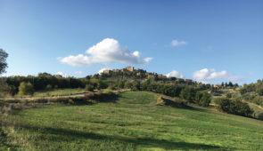 """<p>Magnifiques collines de Toscane. Nichée entre Florence, Sienne, et San Gimignano, Casole d'Elsa est juchée sur une jolie colline boisée où se côtoient les vignes, les oliviers et les cu ......</p><div class=""""more""""><a href=""""https://ffvelo.fr/randonner-a-velo/ou-quand-pratiquer/sejours-et-voyages/italie-11/"""" target=""""_blank"""" title=""""Italie"""" >Lire la suite</a></div>"""