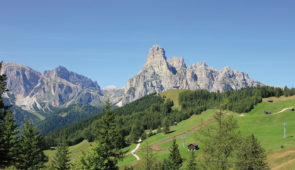 """<p>Découvrez la province de Trentino Alto Adige, située au pied du massif des Dolomites entre lacs et montagnes dans le Valsugana. Les lacs de Levico et Caldonazzo offrent de magnifiques p ......</p><div class=""""more""""><a href=""""https://ffvelo.fr/randonner-a-velo/ou-quand-pratiquer/sejours-et-voyages/italie-12/"""" target=""""_blank"""" title=""""Italie"""" >Lire la suite</a></div>"""
