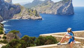 """<p>Majorque est la plus grande île des Baléares et jouit d'un climat méditerranéen. Au nord, vous découvrirez un paysage de montagne, la route de la Sierra qui sillonne au travers de villa ......</p><div class=""""more""""><a href=""""https://ffvelo.fr/randonner-a-velo/ou-quand-pratiquer/sejours-et-voyages/ile-de-majorque/"""" target=""""_blank"""" title=""""Île de Majorque"""" >Lire la suite</a></div>"""