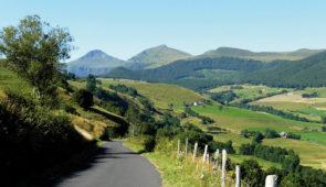 """<p>Les monts du Cantal ne sont plus à présenter. Petites routes tranquilles, peu de circulation, des vallées verdoyantes, le Cantal est un département auvergnat qui a su garder son authent ......</p><div class=""""more""""><a href=""""https://ffvelo.fr/randonner-a-velo/ou-quand-pratiquer/sejours-et-voyages/les-monts-du-cantal-3/"""" target=""""_blank"""" title=""""Les monts du Cantal"""" >Lire la suite</a></div>"""