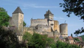 """<p>Découvrez le pays de Jacquou-le-Croquant, avec des incursions en Quercy et en Guyenne. Les différentes richesses de la région seront explorées : les châteaux, la préhistoire, les cités  ......</p><div class=""""more""""><a href=""""https://ffvelo.fr/randonner-a-velo/ou-quand-pratiquer/sejours-et-voyages/4e-etoile-perigord-quercy/"""" target=""""_blank"""" title=""""4e étoile Périgord-Quercy"""" >Lire la suite</a></div>"""