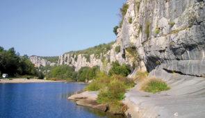 """<p>Proche d'Aubenas, le village médiéval de Vogüé est classé """" Plus beau village de France """". Les rues pavées de la cité mènent à l'ancienne forteresse des Seigneurs de Vogüé qui veille  ......</p><div class=""""more""""><a href=""""https://ffvelo.fr/randonner-a-velo/ou-quand-pratiquer/sejours-et-voyages/lardeche-meridionale/"""" target=""""_blank"""" title=""""L'Ardèche Méridionale"""" >Lire la suite</a></div>"""