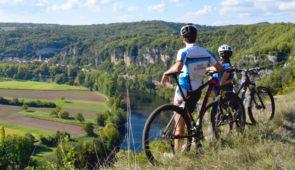 """<p>      Le Lot se caractérise par ses Causses et ses 3 Vallées : Lot, Dordogne et Célé. Il est jalonné de grands sites et de beaux villages en pierres. L'homme et la nature ont laissés leurs empreintes dans de nombreuses grottes. A vélo ou en Rando, le naturel et l'authenticité du Lot s ......</p><div class=""""more""""><a href=""""https://ffvelo.fr/randonner-a-velo/vtt/bases-vtt/lot/domaine-du-mas-de-saboth/"""" target=""""_blank"""" title=""""Domaine du Mas de Saboth ****"""" >Lire la suite</a></div>"""