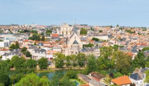 """<p>   POINTS FORTS ♥ ✓ Aucœur de la nature. ✓ L'abbaye de Saint-Savin, Angles-sur-l'Anglin.  ✓ Une ambiance chaleureuse.    À proximité de Poitiers, le village vacances de Sa ......</p><div class=""""more""""><a href=""""https://ffvelo.fr/randonner-a-velo/ou-quand-pratiquer/sejours-et-voyages/tourisme-et-gastronomie/"""" target=""""_blank"""" title=""""Tourisme et gastronomie"""" >Lire la suite</a></div>"""