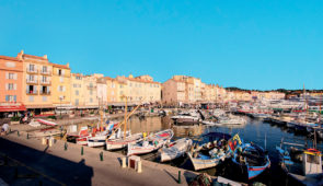 """<p>Au coeur du massif des Maures, Collobrières a su conserver l'authenticité d'un village provençal. Le charme de ses vieilles ruelles, de ses ponts et de ses grandes forêts de chênes et d ......</p><div class=""""more""""><a href=""""https://ffvelo.fr/randonner-a-velo/ou-quand-pratiquer/sejours-et-voyages/les-chataigneraies-des-maures-5/"""" target=""""_blank"""" title=""""Les Châtaigneraies des Maures"""" >Lire la suite</a></div>"""