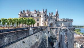 """<p>Partez à la découverte des routes tourangelles du Val de Loire, du Cher et de l'Indre et des nombreux châteaux et abbayes. Les coteaux des vignobles de Montlouis, Vouvray, Amboise, Chen ......</p><div class=""""more""""><a href=""""https://ffvelo.fr/randonner-a-velo/ou-quand-pratiquer/sejours-et-voyages/la-touraine-depuis-amboise-1/"""" target=""""_blank"""" title=""""La Touraine depuis Amboise"""" >Lire la suite</a></div>"""