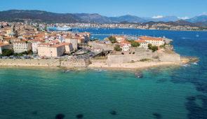 """<p>Terre de contrastes, véritable montagne dans la mer, la Corse que les Grecs avaient baptisée « Kallisté », la plus belle, vous séduira par la splendeur de ses paysages sauvages et varié ......</p><div class=""""more""""><a href=""""https://ffvelo.fr/randonner-a-velo/ou-quand-pratiquer/sejours-et-voyages/la-corse-avec-les-corses-6/"""" target=""""_blank"""" title=""""La Corse avec les corses"""" >Lire la suite</a></div>"""