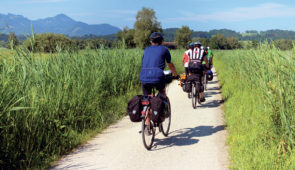 """<p>Hébergement dans un village vacances de grand standing à 1 270 mètres d'altitude et à 12 kilomètres de Barcelonnette. Vous découvrirez le lac artificiel de Serre-Ponçon sur des circuits ......</p><div class=""""more""""><a href=""""https://ffvelo.fr/randonner-a-velo/ou-quand-pratiquer/sejours-et-voyages/compostelle-par-la-voie-de-tours-3/"""" target=""""_blank"""" title=""""Compostelle par la voie de Tours"""" >Lire la suite</a></div>"""