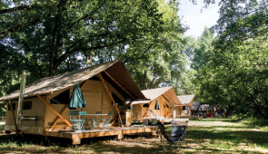 """<p>À quelques kilomètres des plus beaux châteaux de France, nous vous invitons à partager en famille une semaine inoubliable. Vous serez hébergés au sein du camping Huttopia en tente trapp ......</p><div class=""""more""""><a href=""""https://ffvelo.fr/randonner-a-velo/ou-quand-pratiquer/sejours-et-voyages/en-toile-sous-les-etoiles/"""" target=""""_blank"""" title=""""En toile sous les étoiles"""" >Lire la suite</a></div>"""